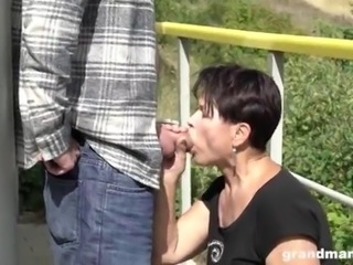 Granny fucks her wrinkly pussy outdoors