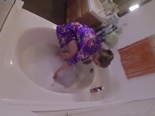 HIDDEN CAMERA catches stacked MILF masturbating in tub