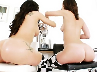 Jayda Stevens gives Amy Brookes honeypot a try in lesbian action