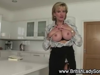 Mature brit fingering her pussy in solo fetish scene