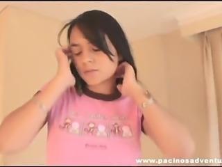 Isabella en pijama rosa bailando