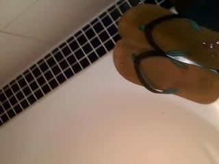 mit slip auf die flip flops meiner freundin wichsen