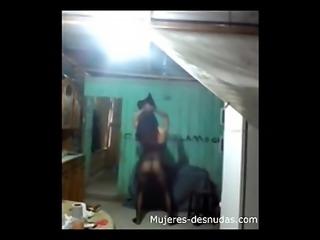 Mi novia bailando en mayas negras