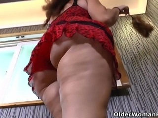Latina milf Sandra flaunts her bubble butt and full tits