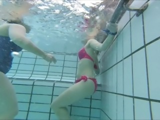 Milf with q good butt in bikini underwater