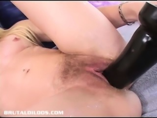 Iggy Azalea lookalike fills her pussy with a big dildo