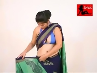 Desi Girl showing her boobs wearing sharee