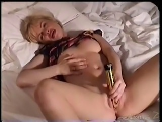 Slutty solo model makes herself cum with a vibrator