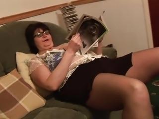 Mature BBW in short skirt rips her black pantyhose