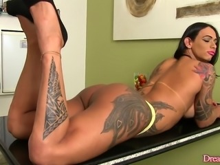 Muscular shemale Rosy Pinheiro shows off her body and urinates