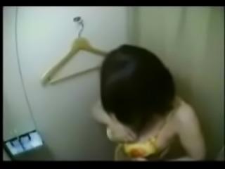 Chica espiada en un probador