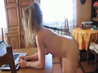Blonde offerte en exhibe